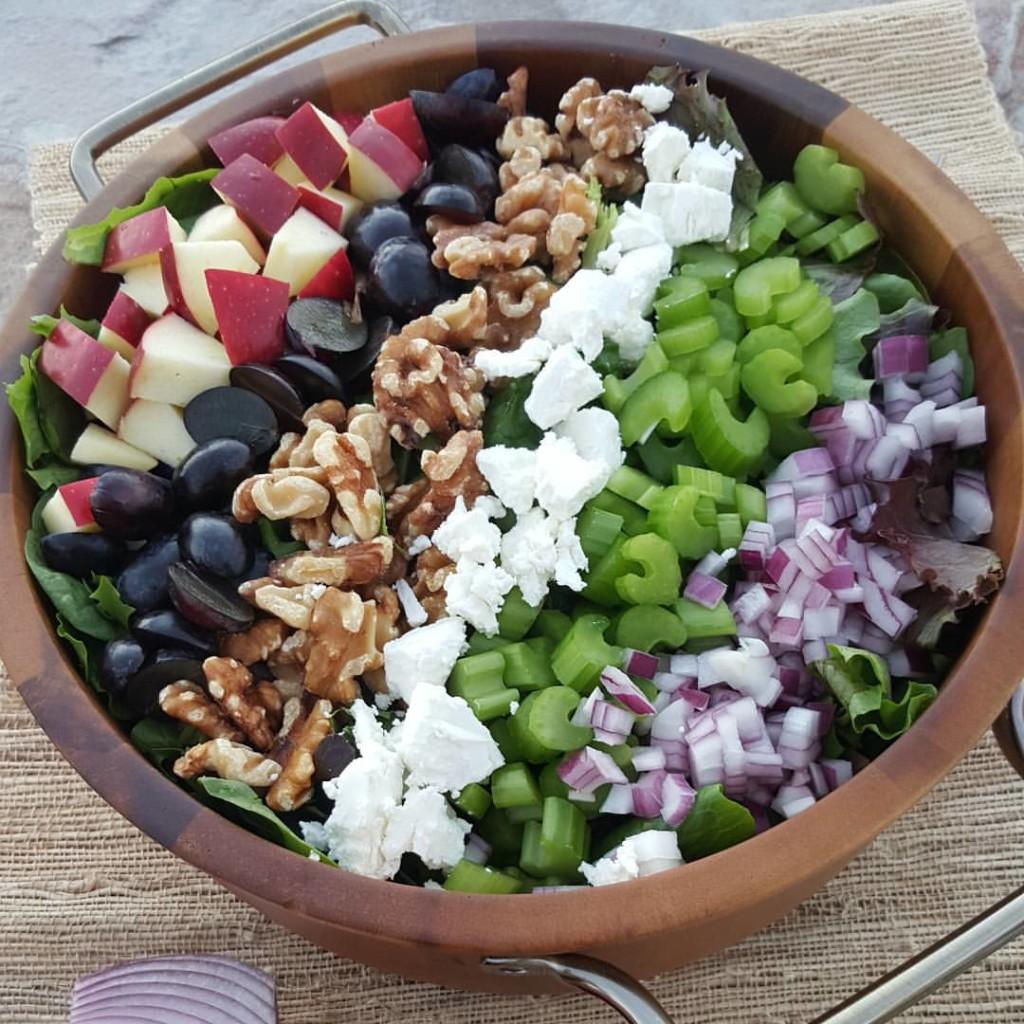 Clean Apple and Walnut Fall Salad http://cleanfoodcrush.com/apple-walnut-salad/