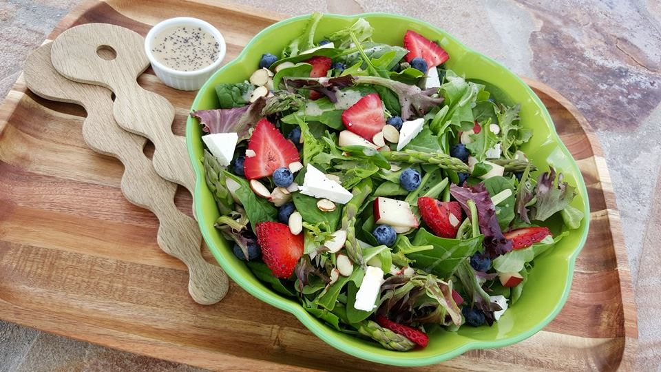 Spinach Salad with Homemade Lemony Poppyseed Dressing http://cleanfoodcrush.com/spring-spinach-salad/