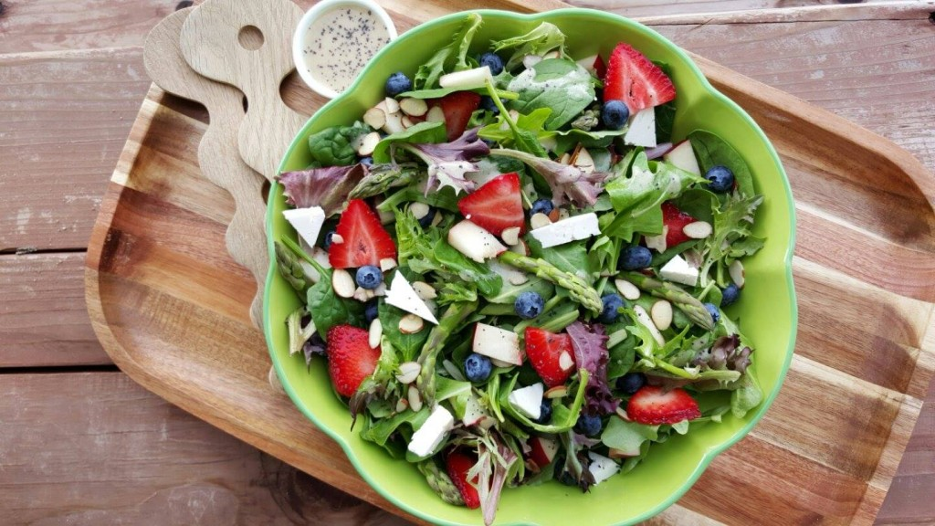 Spring Salad and Lemony Poppyseed Dressing http://cleanfoodcrush.com/spring-spinach-salad/