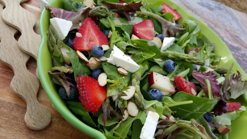 Spring Spinach Salad with Lemony Poppyseed Dressing http://cleanfoodcrush.com/spring-spinach-salad/