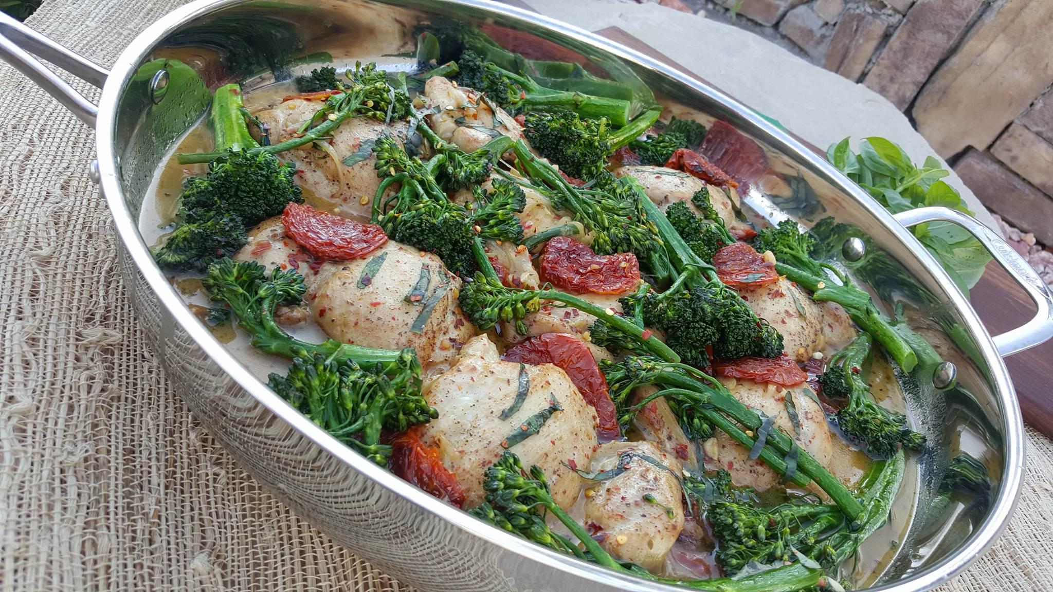 CleanFoodCrush Sundried Tomato Chicken thighs with Broccolini http://cleanfoodcrush.com/sundried-tomato-chicken/