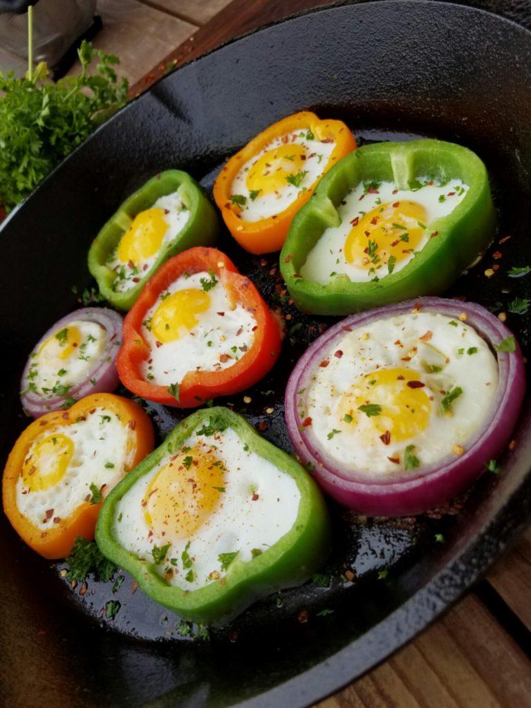 Clean Eatting Breakfast Egg in Rings http://cleanfoodcrush.com/egg-rings/