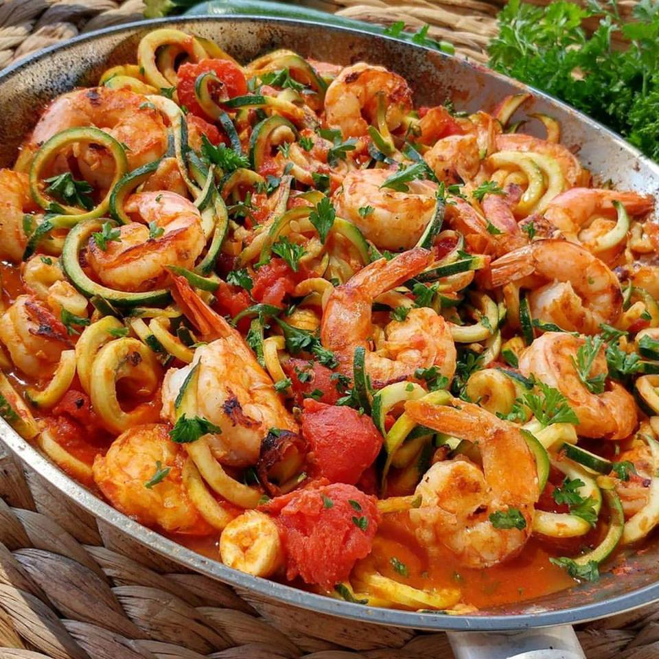 Fresh Tomato Sauce and Shrimp with Zoodles http://cleanfoodcrush.com/fresh-tomato-sauce-and-shrimp-w-zoodles