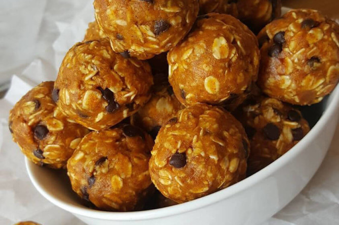 Pumpkin Chocolate Chip Energy Balls https://cleanfoodcrush.com/pumpkin-chocol…p-energy-balls