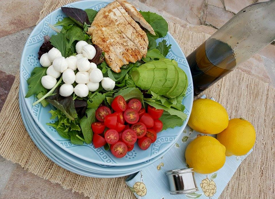 10 minute Weeknight Caprese Salad http://cleanfoodcrush.com/caprese-salad