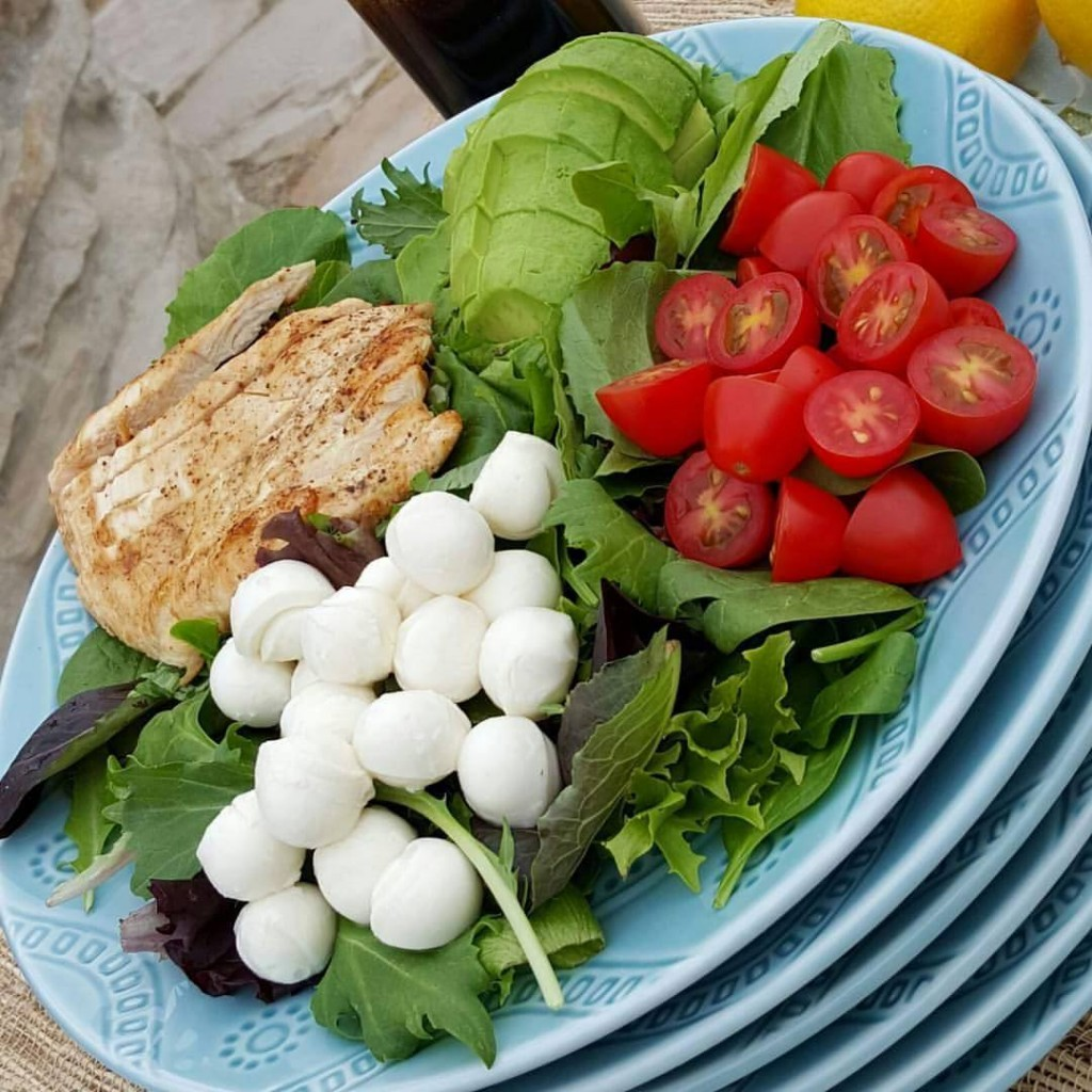 Weeknight Caprese Salad with Balsamic Vinaigrette https://cleanfoodcrush.com/caprese-salad/