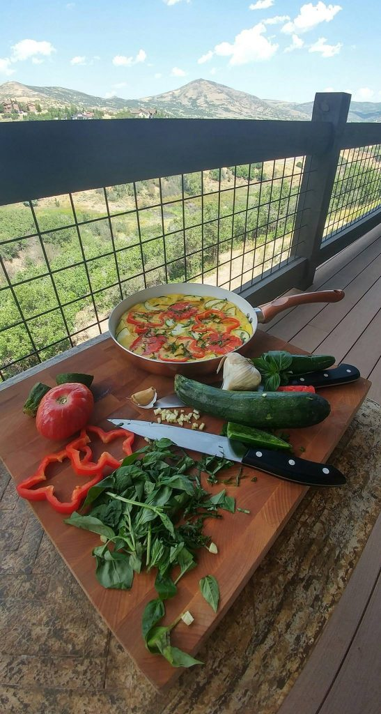 Simple Garden Vegetable Frittata Recipe https://cleanfoodcrush.com/garden-vegetable-frittata/